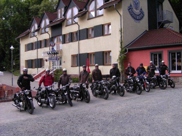 Biker vor dem Berghotel Rosstrappe